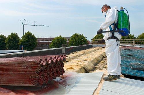 Каким материалом перекрыть крышу: сравнение шифера и профнастила