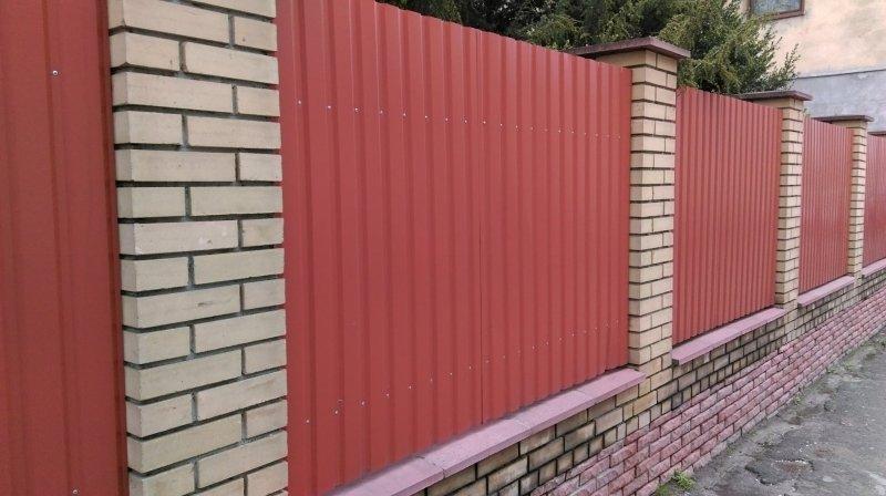 забор из профнастила с кирпичной кладкой